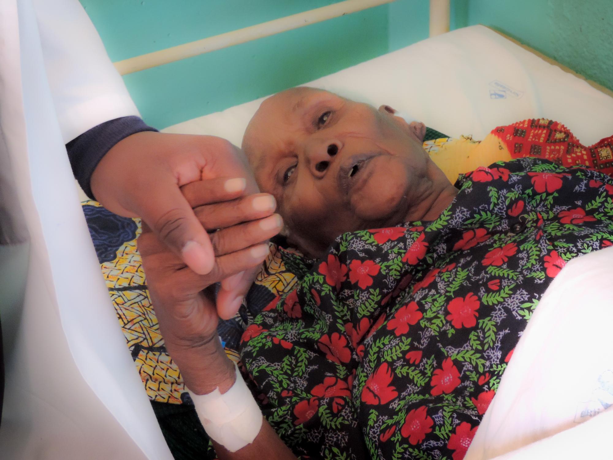 Auch betagte Menschen sind hospitalisiert und schätzen die die Nähe zum aufmerksamen Pflegepersonal