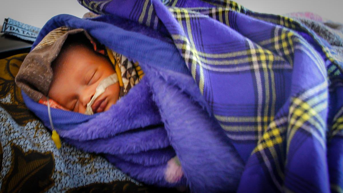 Neugeborenes mit Magensonde c: gh