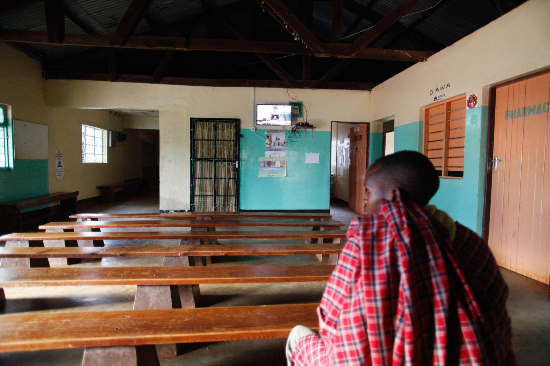 Massai wartet geduldig auf den Arzt