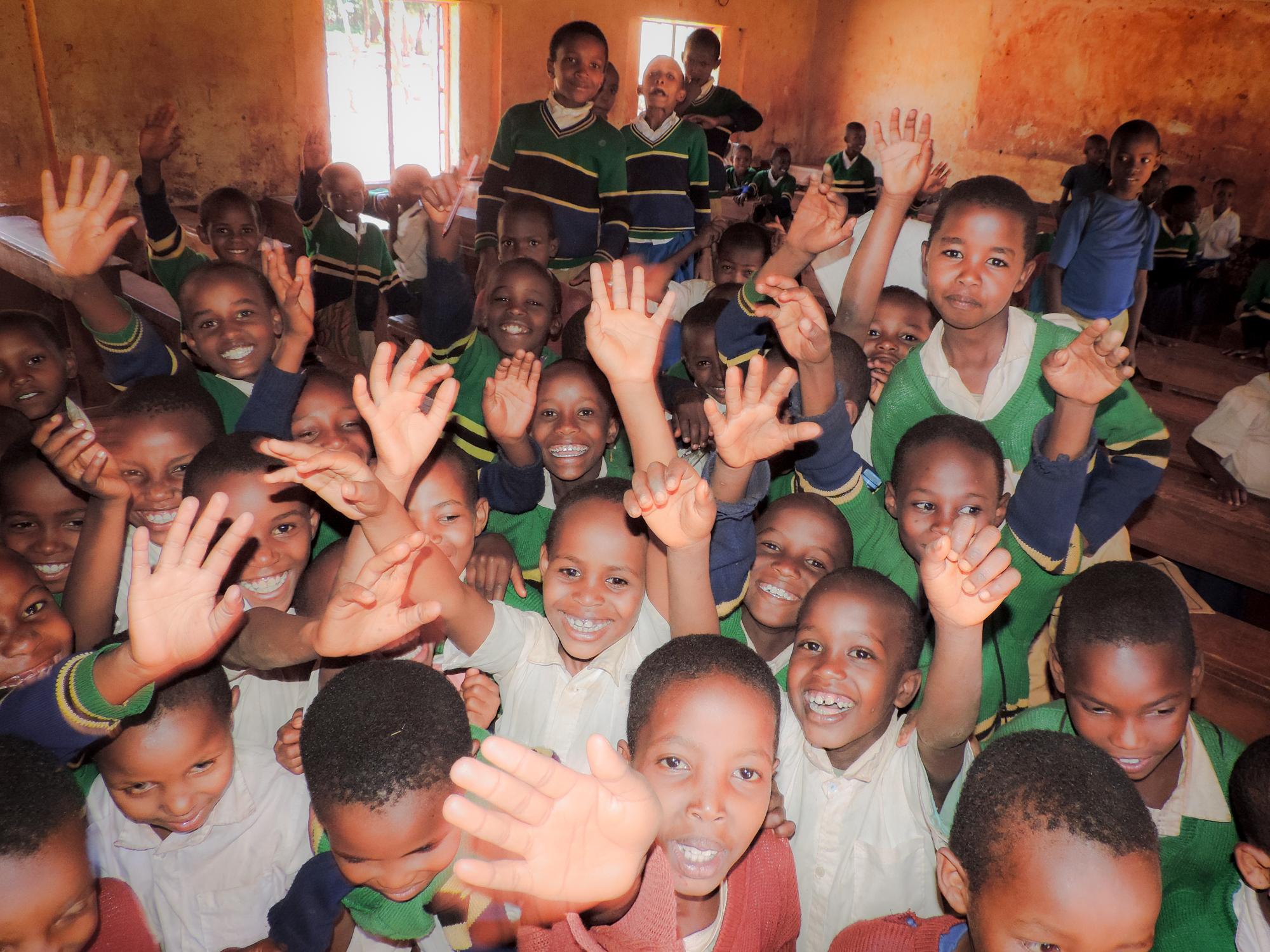 die Zukunft Tanzanias sind die Kinder!  In Endamarareik gehen pro Klasse von der 1. bis zur 6. Primarklasse ca. 95 Schülerinnen und Schüler zur Schule.  Bilder und Text: Ruth Manetsch Wittenbach