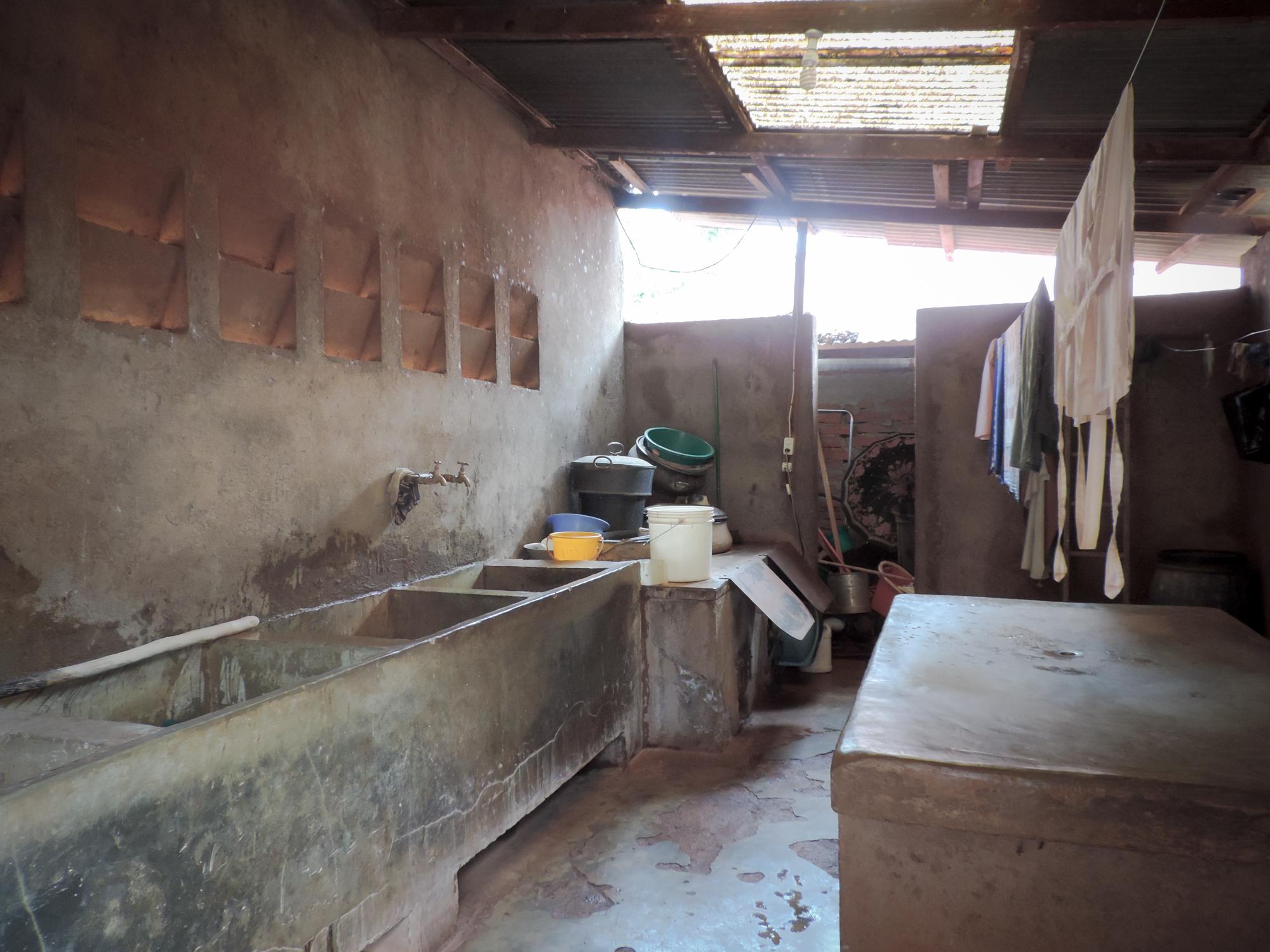 In der Wäscherei wird alles von Hand gewaschen. Oft muss gewartet werden, bis die Leintücher trocken sind